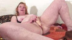 busty mature putting a dildo in her pussy