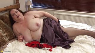 chubby mature lady masturbating right on her bed