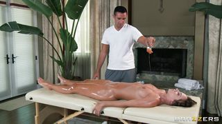 dirty masseur doesn't want to miss this chance of fucking