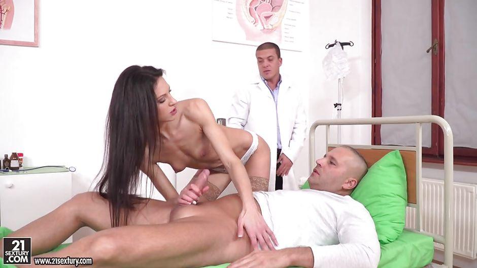 врачи жестоко трахают пациентку