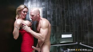 muscled guy fucks a gorgeous milf