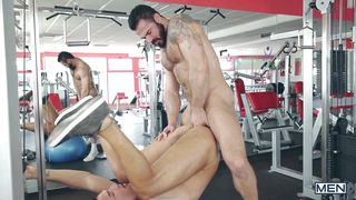 uk hunks fuck in the gym