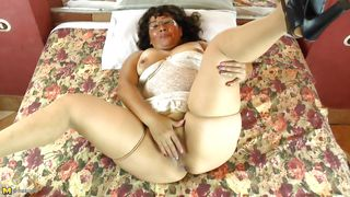 chubby mature slut gropes herself