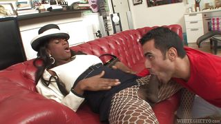 black tranny gets her cock sucked @ she male fuck hotel #06