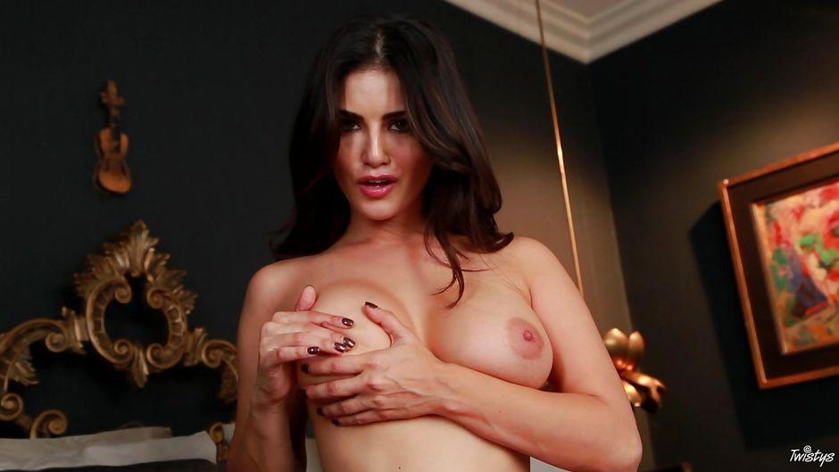 URSULA: Sunny Leone Pussy Spreading Kiss