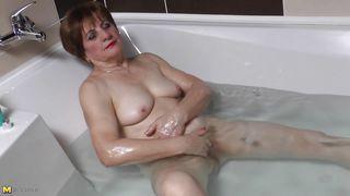 Mature Nl-Granny Lady Raisha Playing Likes Bathing Games PornZek.Com