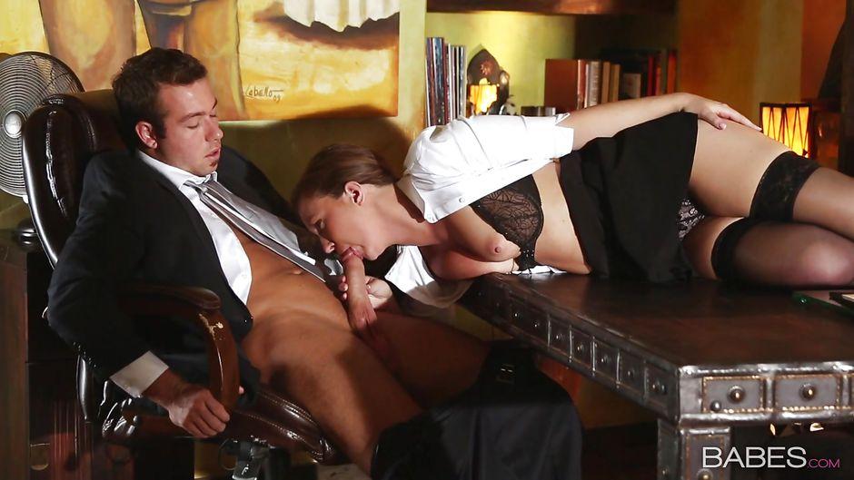 sekretarshu-trahayut-pod-stolom-narezki-lyubitelskogo-analnogo-seksa