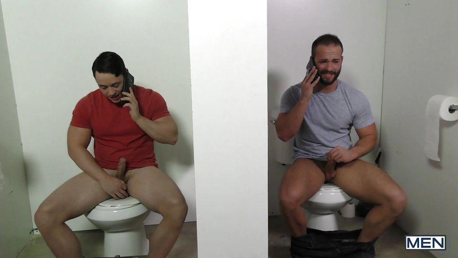 туалете сосут геи в