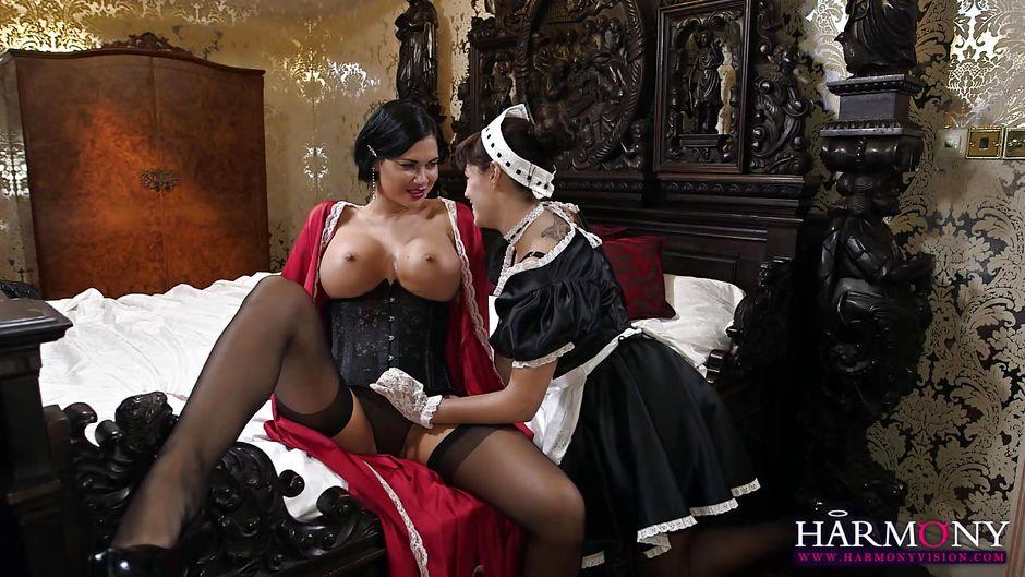 Хозяйка порет служанку лесби