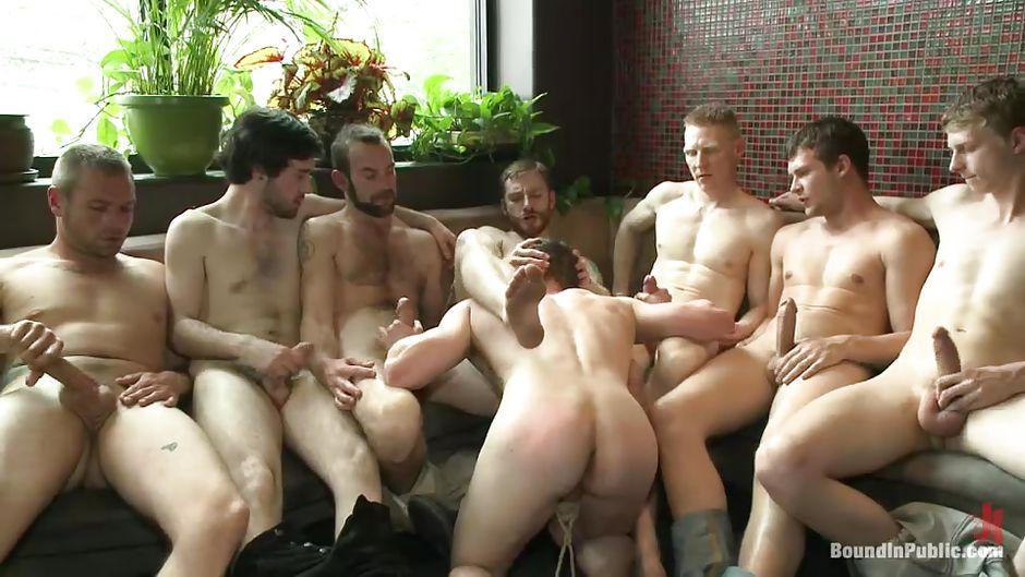 у мужиков сосет парень толпы