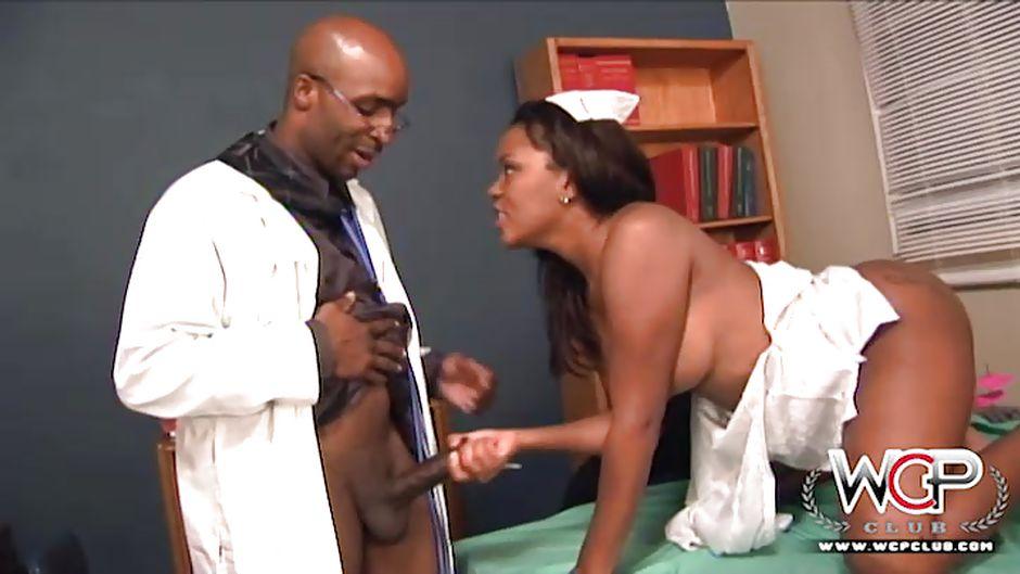 негритоска у врача попыталась скрыть