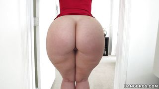 Charming Virgo Peridot Shows Her Ass