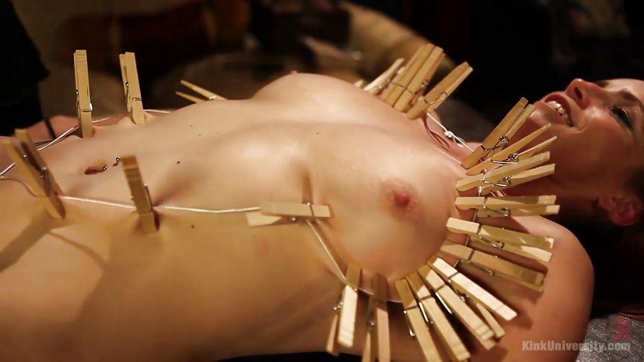 Новый голая девушка прикрепила прищепки на грудь вывернуло фистинга