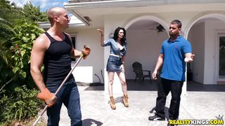 Elisa Morales Cheats On Her Husband With The Gardener