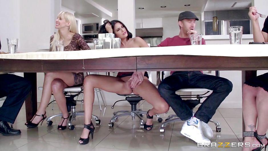 Секс ногами под столом